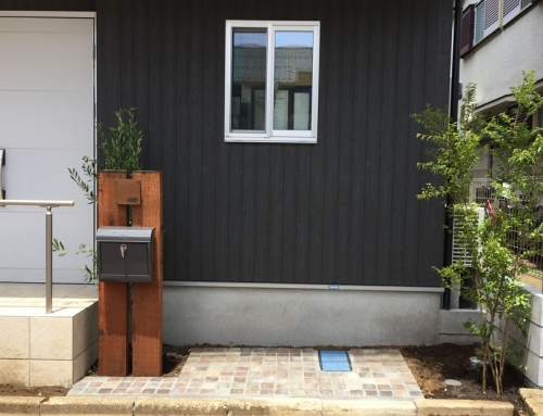ユーカリ枕木のシャビーな門柱とオリーブの木@世田谷区