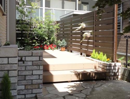 アンティーク調レンガにウッドデッキでお庭が素敵な空間に